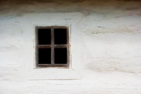 Ancient Ukrainian window on white wall. The house in an authentic village. Ukraine, Kiev, Porogovo Standard-Bild - 90252909
