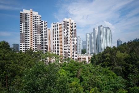 Wohnhochhäuser in Singapur, unter grünen Parks Standard-Bild - 90557819