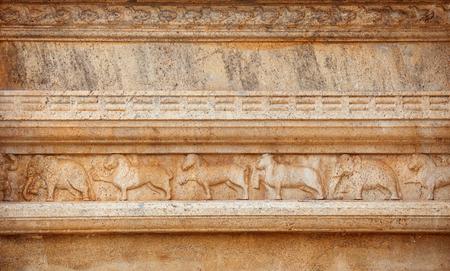 Sri Lanka, Anuradhapura. Verzierung mit Elefanten, Pferden, Löwen und Büffeln auf der Steinwand des Tempels Standard-Bild - 90593510