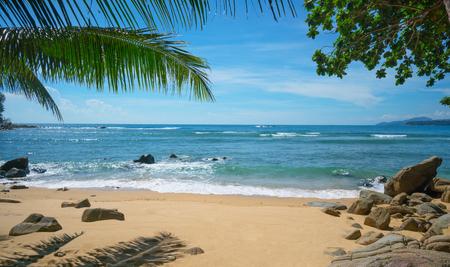 Wilder menschenleerer Strand. Insel Phuket, Thailand Standard-Bild - 90534919