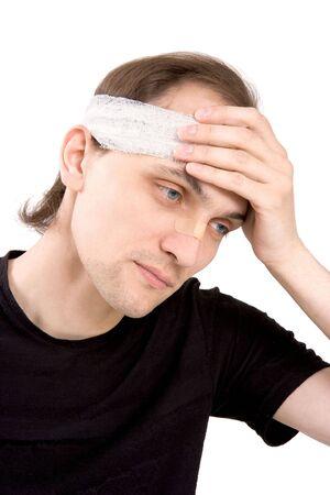 De man houdt een hand voor een zieke hoofd
