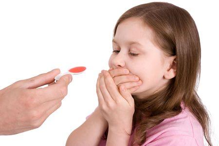 少女は薬を飲むことを希望しないし、会社の手を閉じます
