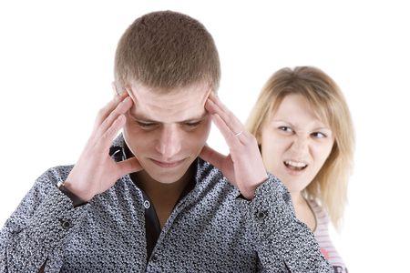 女性は男の叫び。男の頭のための手を保持します。