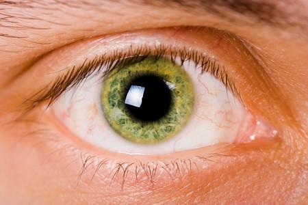 緑色の目の男性を開きます。明るい光とクローズ アップ