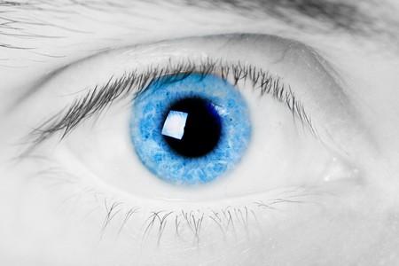 観察: 青い目の男性を開きます。明るい光とクローズ アップ