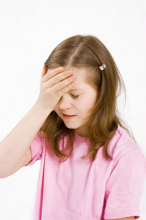 少女が白い背景の上、患者さんの頭の上に手を握って
