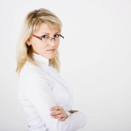 bussines: jonge zaken vrouw met een bril op een witte achtergrond  Stockfoto