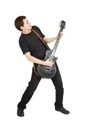 分離の白い背景の上のギターと若い男