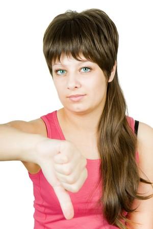 desprecio: Adolescente gesto expresa desprecio y resentimiento contra el fondo blanco