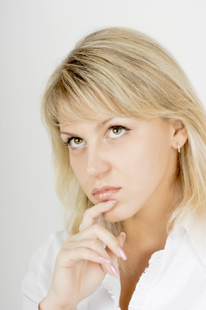 hazel eyes: Retrato de una rubia atractiva chica pensativo con ojos color avellanas