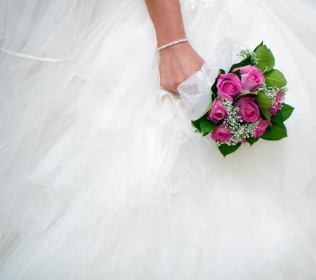 bruidsboeket op een achtergrond van witte trouwjurken
