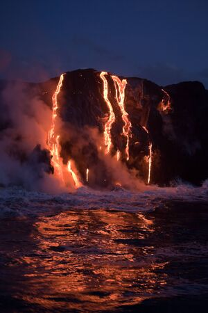 Hot Lava Strom fließt in den Ozean. Hawaii, Big Island. Standard-Bild - 37227104