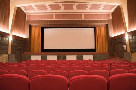 cubismo: Auditorio vacío del cine retro en el estilo del cubismo con la línea de sillas y pantalla de proyección. Listo para añadir su propia imagen.