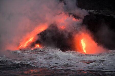 Hot Lava Strom fließt in den Ozean. Hawaii, Big Island. Standard-Bild - 37291533