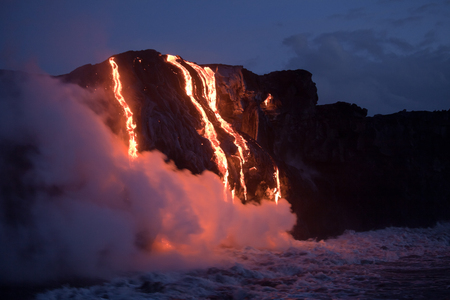 Hot Lava Strom fließt in den Ozean. Hawaii, Big Island. Standard-Bild - 37291559