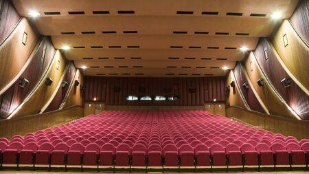 PR (Property Release) zur Verfügung. Leere Kinosaal mit der Linie der Stühle. Vorderansicht. Standard-Bild - 38791270