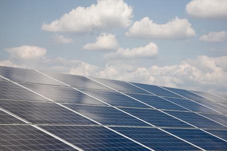 Der Bau der Solarkraftwerk mit Wolken. Standard-Bild - 39109698