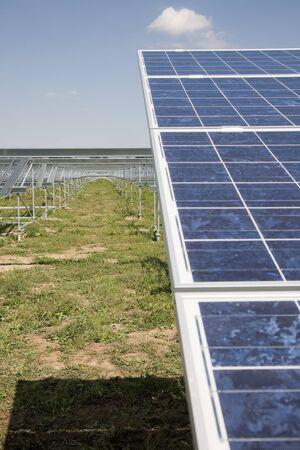 Der Bau der Solarkraftwerk mit Wolken. Standard-Bild - 39109707