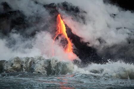 Hot Lava Strom fließt in den Ozean. Hawaii, Big Island. Standard-Bild - 39488927