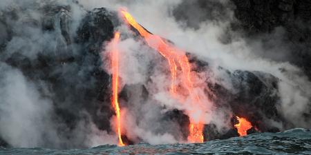 Hot Lava Strom fließt in den Ozean. Hawaii, Big Island. Standard-Bild - 39488935