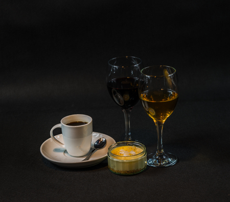 aromatic black coffee in a white cup, white and red wine, sweet dessert Banque d'images