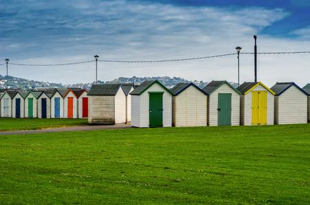 Case colorate sulla spiaggia, porta colorata per cottage estate, posto sul mare, vacanze