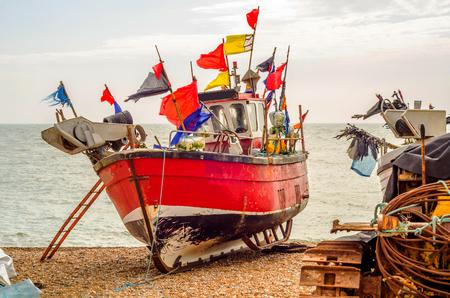 Fischerboote am Ufer, Kiesstrand, Holzboote, Fischerei und Tourismusindustrie, Küstenstadt Standard-Bild - 78810517