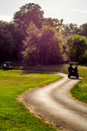 골프 코스의 전기 자동차, 액티브 레저, 조용한 스포츠, 레크리에이션, 휴식 스톡 콘텐츠 - 82329659