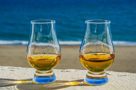 グラスにシングルモルトウイスキー、豪華なテイスティンググラス、おいしいセット