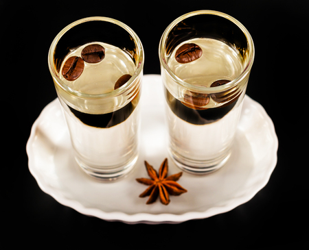 グラスにコーヒー豆を入れた芳香族アニスアルコール、ドリンクセット、パーティードリンク 写真素材