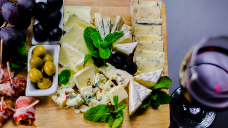 set of different cheeses on a wooden board, cheese board, delicious snack, healthy and exclusive food, cheese set Standard-Bild