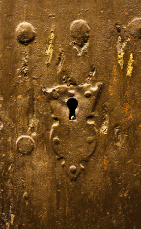 Keyhole in an old door with an interesting texture, a remnant of an old entrance security, vintage 免版税图像