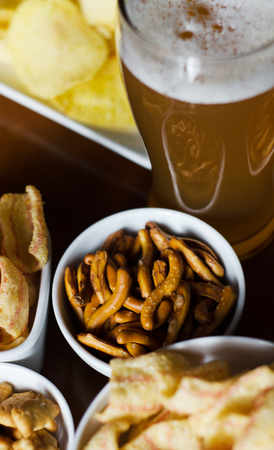 Set of various snacks, pint of lager beer in a glass, a standard set of drinking and eating in a pub, beer and snacks Stockfoto
