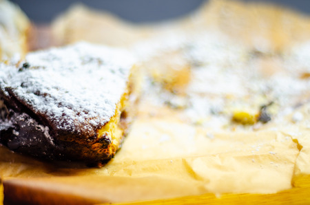 Closeup on a crumb cake stuffed with strawberry marmalade, delicious dessert Standard-Bild - 115051601