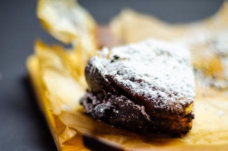 Closeup on a crumb cake stuffed with strawberry marmalade, delicious dessert Standard-Bild - 115051602