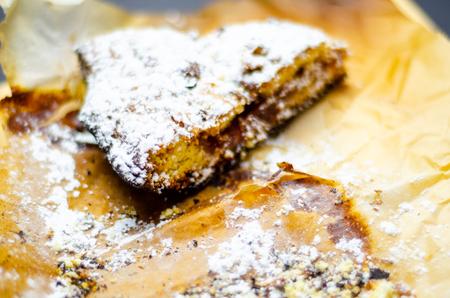 Closeup on a crumb cake stuffed with strawberry marmalade, delicious dessert Standard-Bild - 115051605