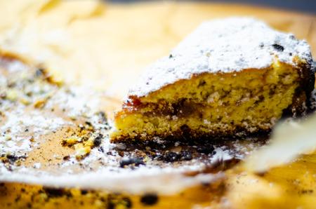 Closeup on a crumb cake stuffed with strawberry marmalade, delicious dessert Standard-Bild - 115051606