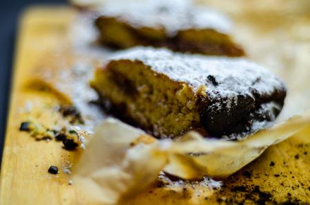 Closeup on a crumb cake stuffed with strawberry marmalade, delicious dessert Standard-Bild - 116213030