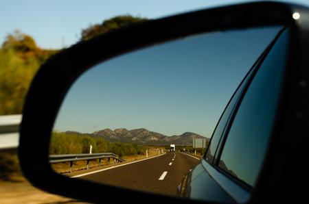 Blick in den Autospiegel auf der Schnellstraße in Spanien, schöne Landschaft, Transport