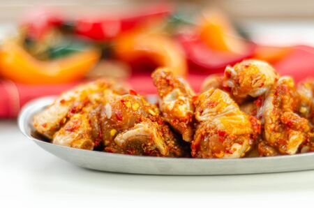 Raw and fresh chicken wings in a siriracha marinade, ready for grilling Zdjęcie Seryjne