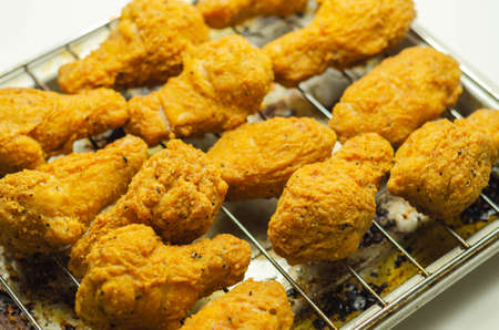 Southern crispy battered fried chicken wings, deep-fried chicken wings on the metal tray, fast food Banque d'images