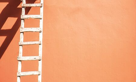 Stepladder at the pink wall. Pink paint with a stepladder Standard-Bild