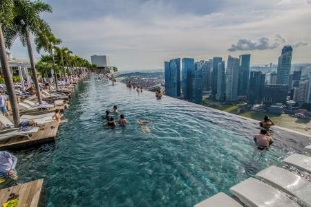 シンガポールのスカイラインのインフィニティ プール