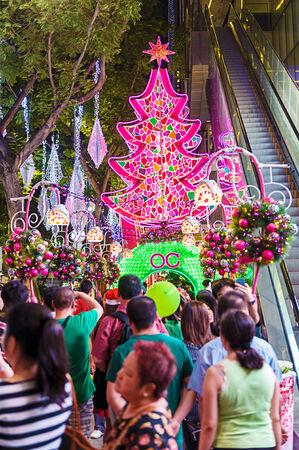 mixed age range: Orchard Road, Singapur, decorado con luces de Navidad