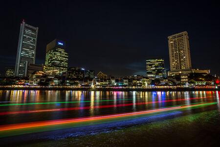 light trail: Rastros de luz en Boat Quay Singapur Foto de archivo