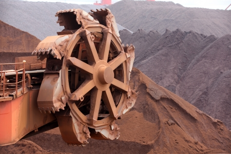 crane bucket: Large crane loading of ore Stock Photo