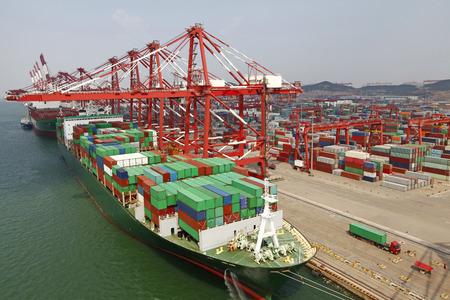 中国青島港コンテナ ターミナル 写真素材
