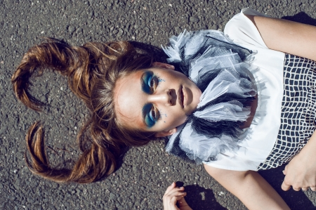 stage makeup: Cuore San Valentino s della ragazza capelli sdraiato sul pavimento di pietra sfondo