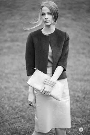 chaqueta: modelo de moda mujer en blanco y negro retrato al aire libre