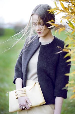 時尚: 與離合器時裝模特 版權商用圖片